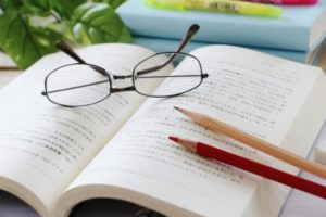 資格の勉強をする写真